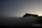 Anochece entre nieblas